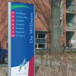 Lettertotaal buitenreclame bewegwijzering zuil De Willaert