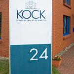 Lettertotaal buitenreclame zuil Kock handelsmaatschappij met huisnummer