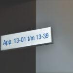 Lettertotaal Bewegwijzering binnenbord haaks op de muur