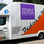 Lettertotaal autobelettering busbestickering Fashion on tour vrachtwagen