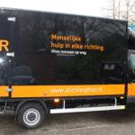 Lettertotaal autobelettering busbestickering vrachtwagen stichting hier