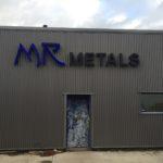 Lettertotaal lichtreclame op gevel MR metals