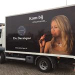 Lettertotaal vrachtwagen met full-colour prints de barrique