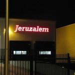 Lettertotaal lichtreclame verlichte gevelletters Jeruzalem
